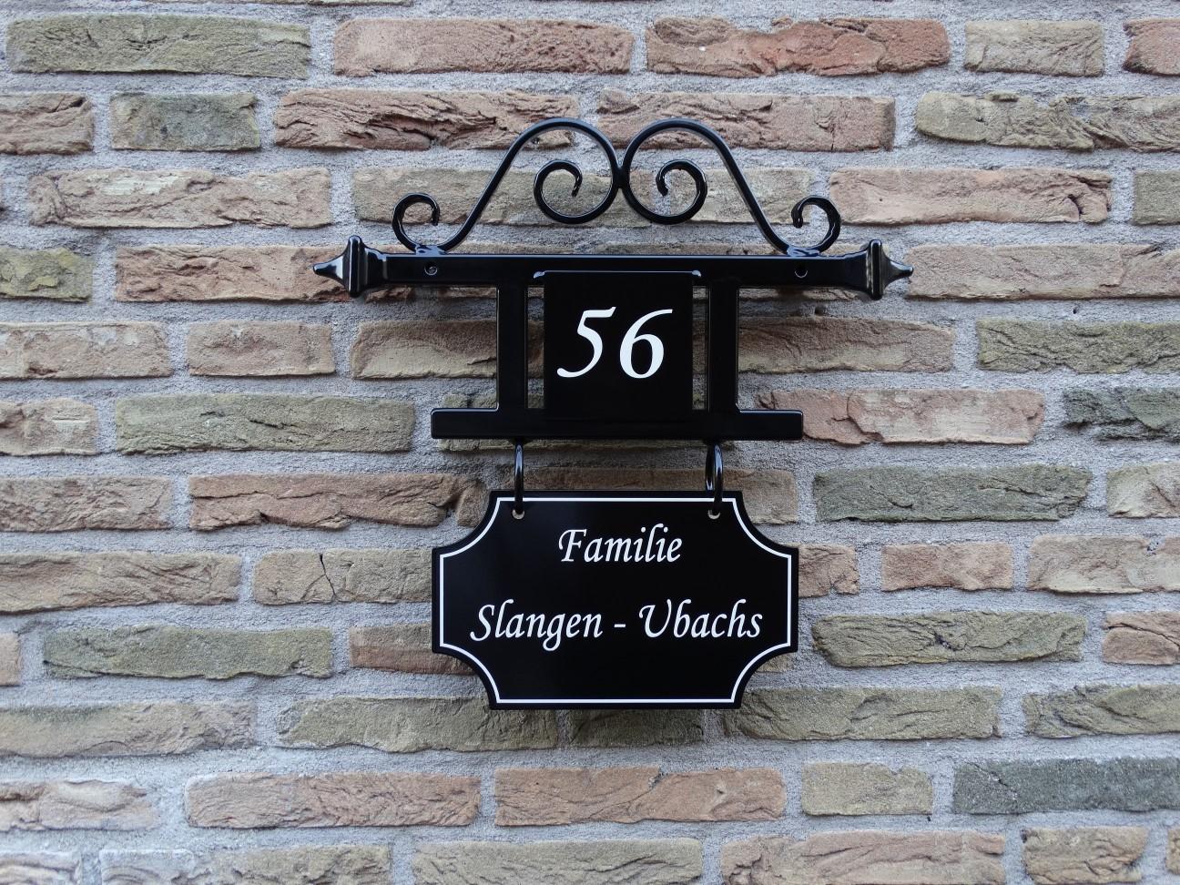 Huisnummer met naambord & krul