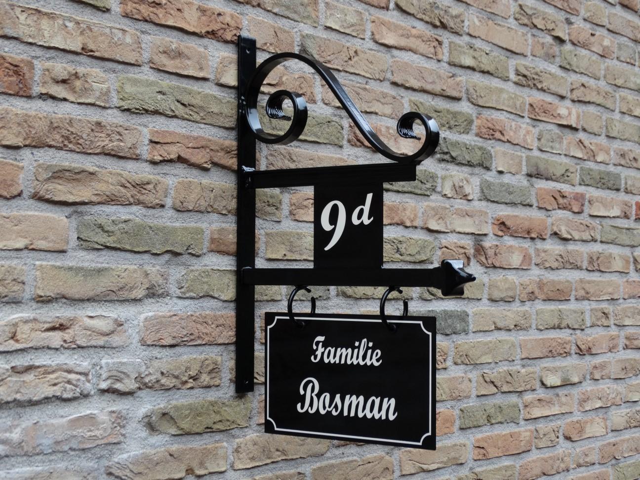 uithangbord handgeschilderd huisnummer voordeur