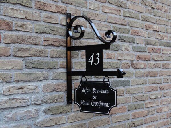 Uithangbord met dubbelzijdige belettering en huisnummer, handgeschilderd. Model Utrecht.