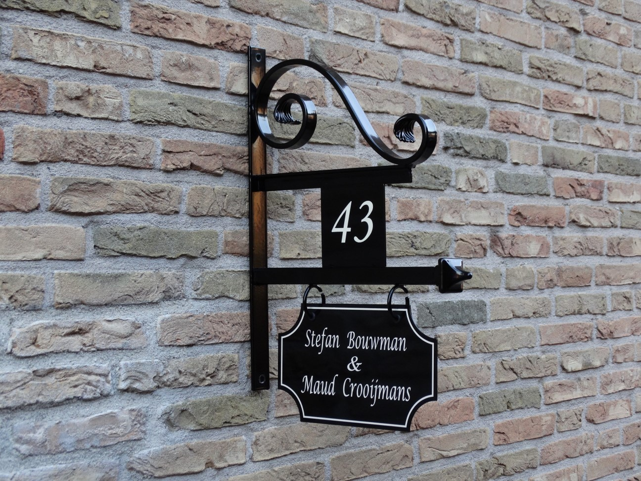 bijzonder mooi uithangbord met krul en huisnummer